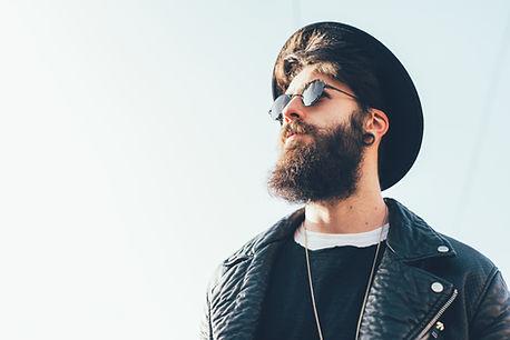 Hipster barbu avec chapeau et lunettes d