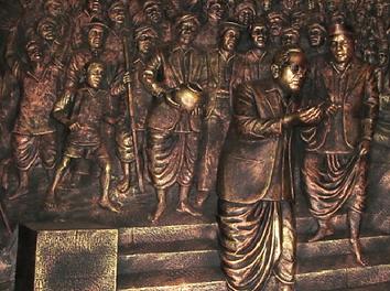 Bronze_sculpture_depicting_Mahad_water_m
