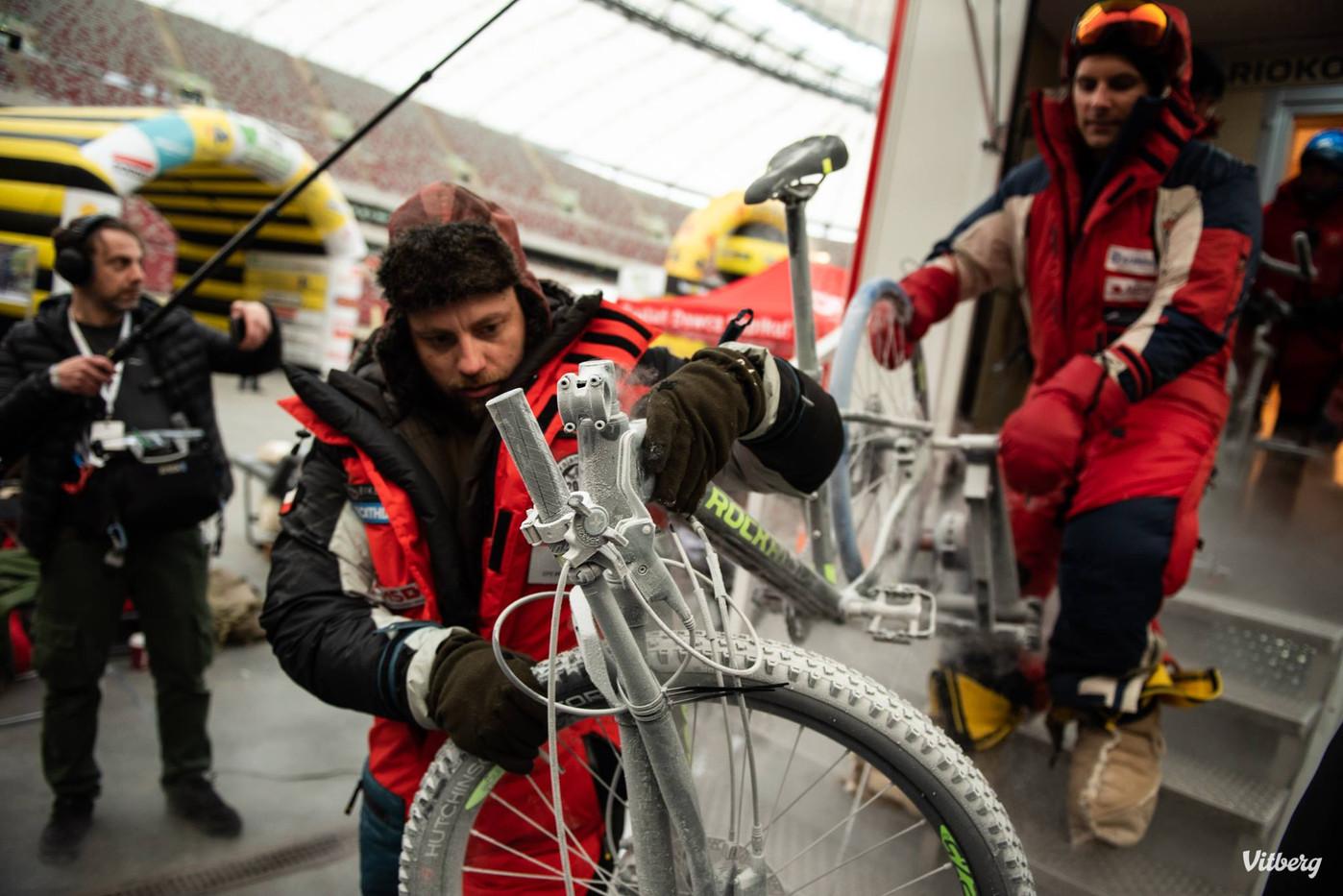 Team Romanovski z rowerami z komory
