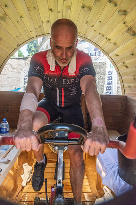 Sauna Vingberg. Valerjan jedzie na rowerze stacjonarnym