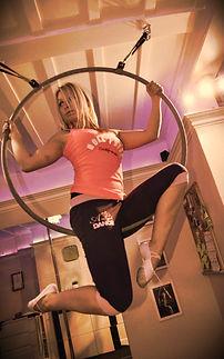 Superwoman, Rúdtánc, Erősítés, Légtorna, Artista,  Pole Fitness, rugalmasság, izmosítás, London, Croydon