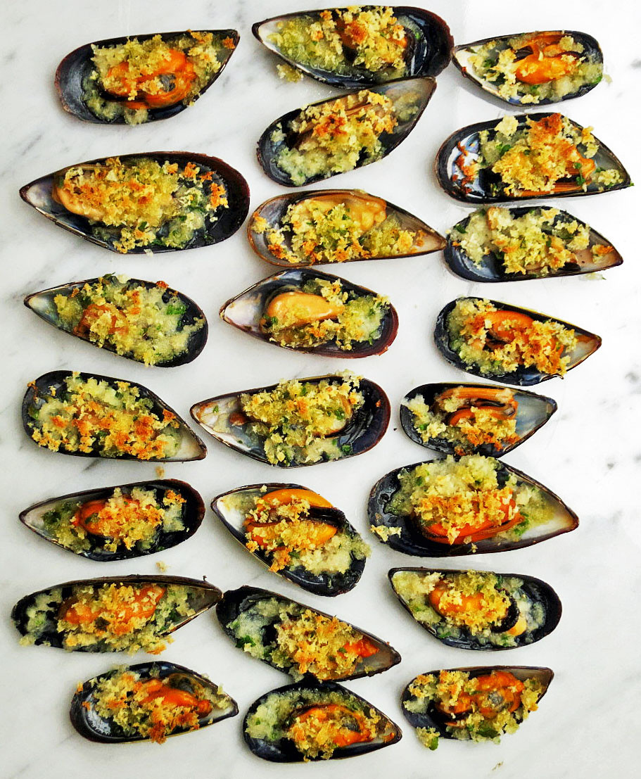 Mussel gratin with a garlic, parsley and lemon zest crust