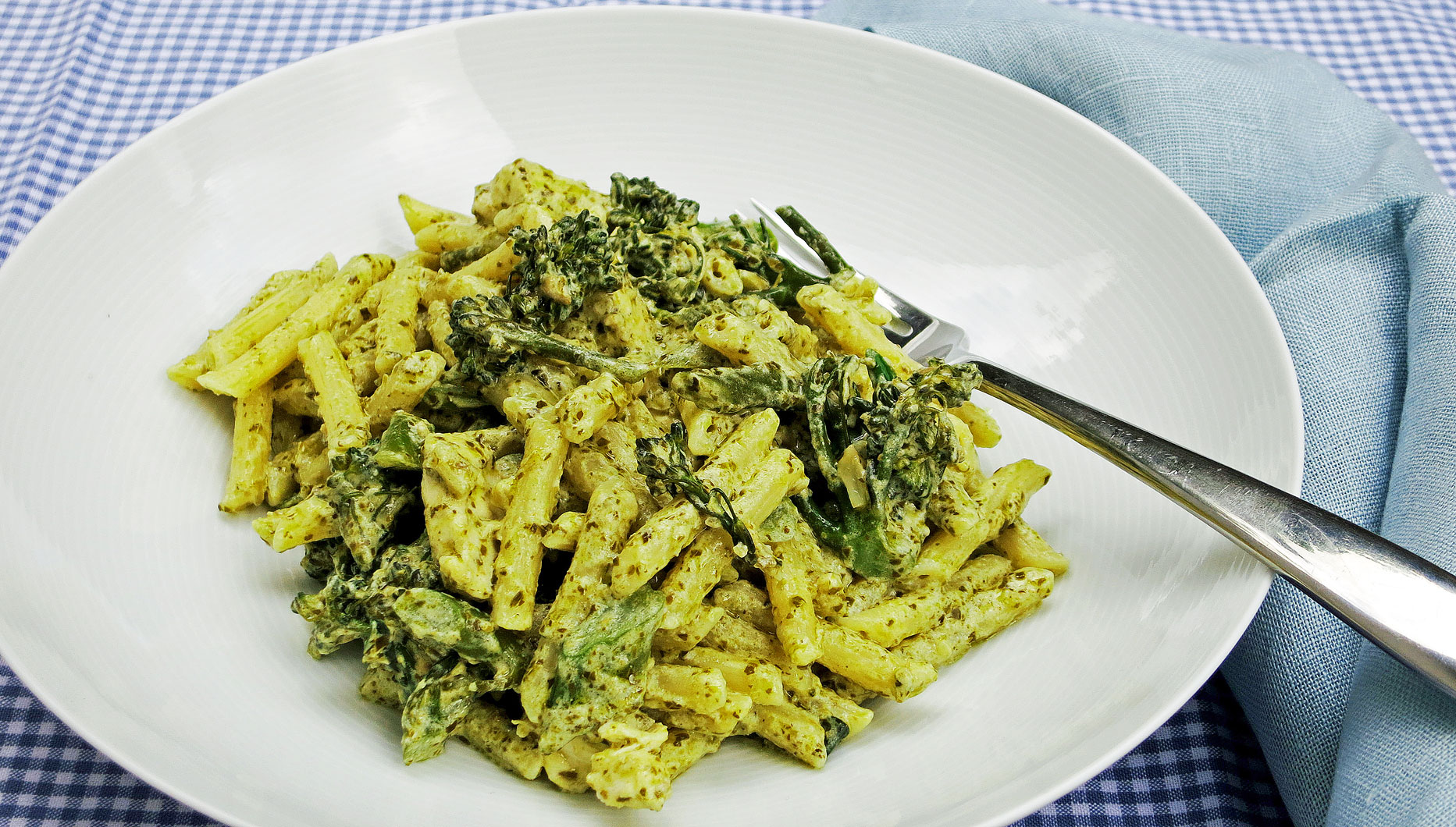 Creamy pesto penne with chicken and broccoli