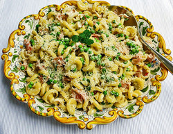 Pasta with proscuitto, peas and cream