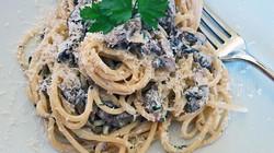 Spaghetti with chestnut mushrooms and cream