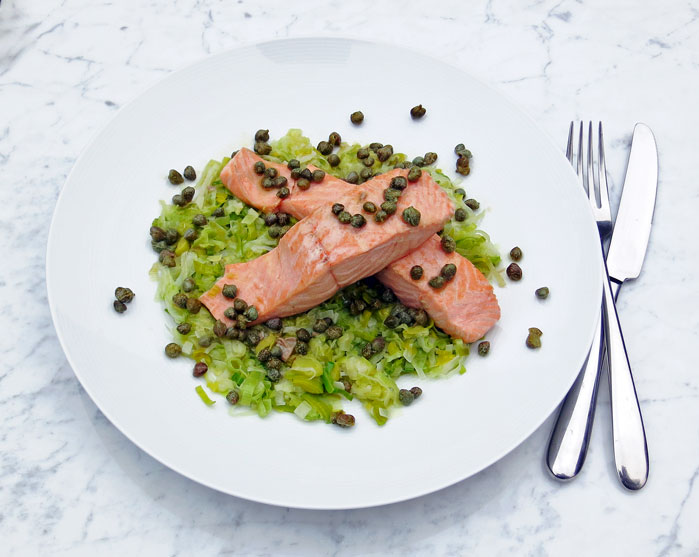 Salmon fillets with leeks, capers and lemon