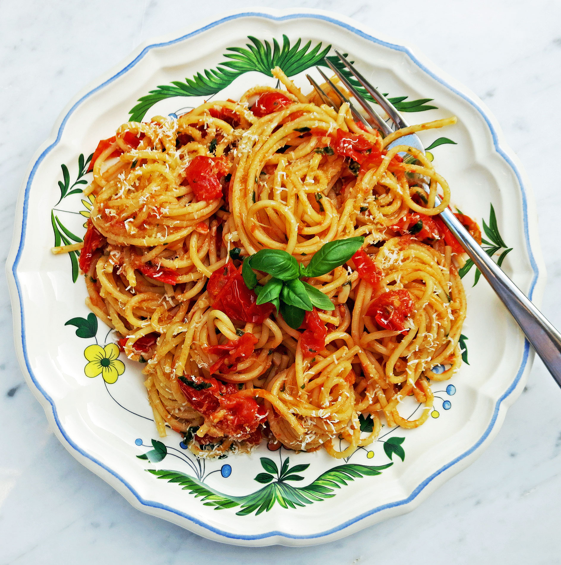 Spaghetti with a fresh baby plum tomatoe