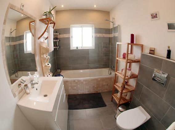 KanaluSurfHouse-shared-bathroom1.webp