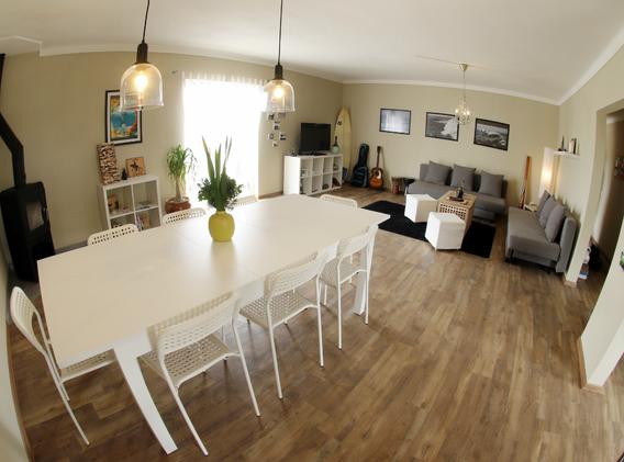 KanaluSurfHouse-livingroom.webp
