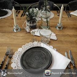 Galleri & matbaren Tegel i Jönköping har bröllopsdukning med cajo's handdrejade tallrikar