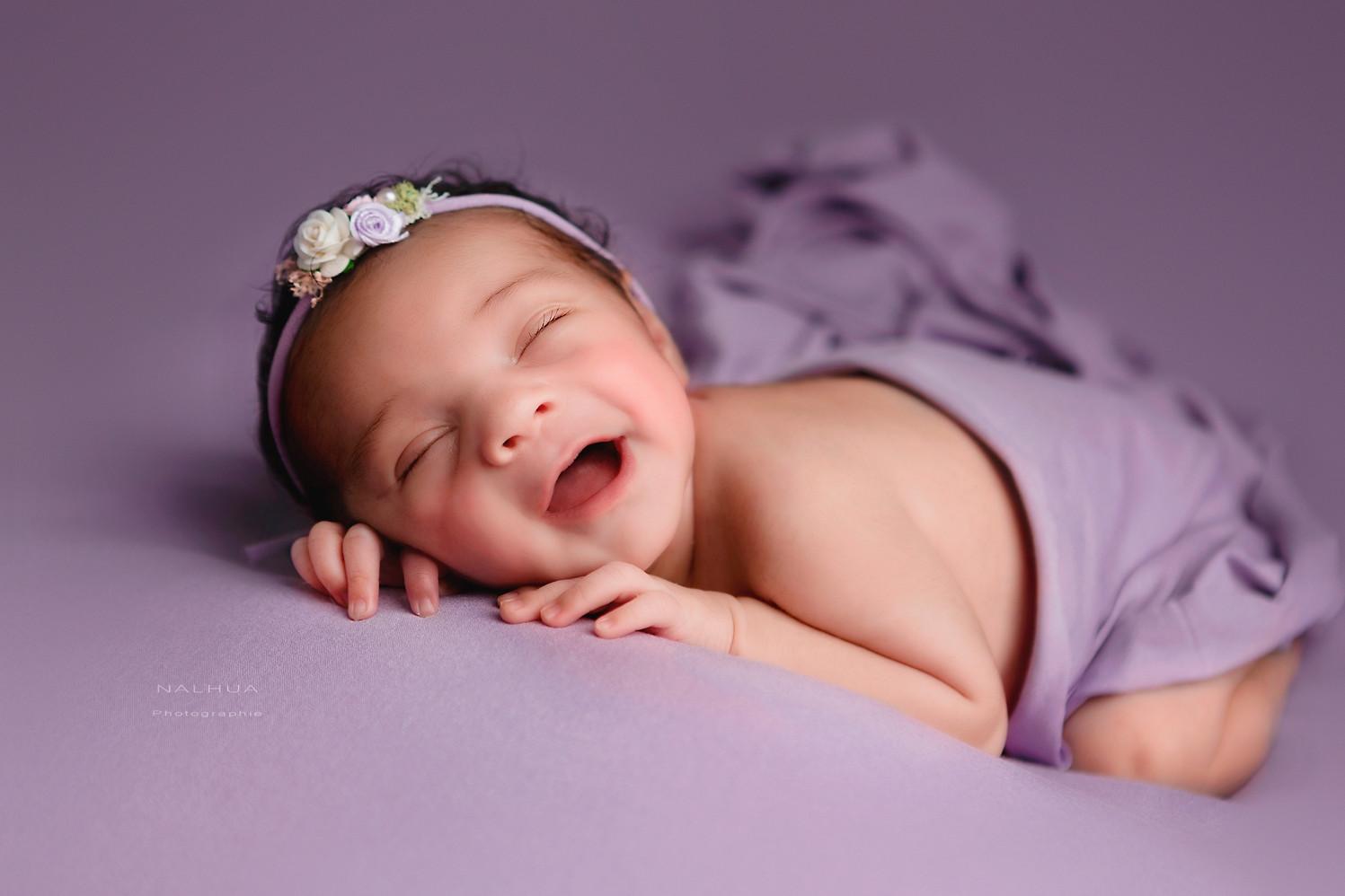 Nouveau-né allongée qui rit