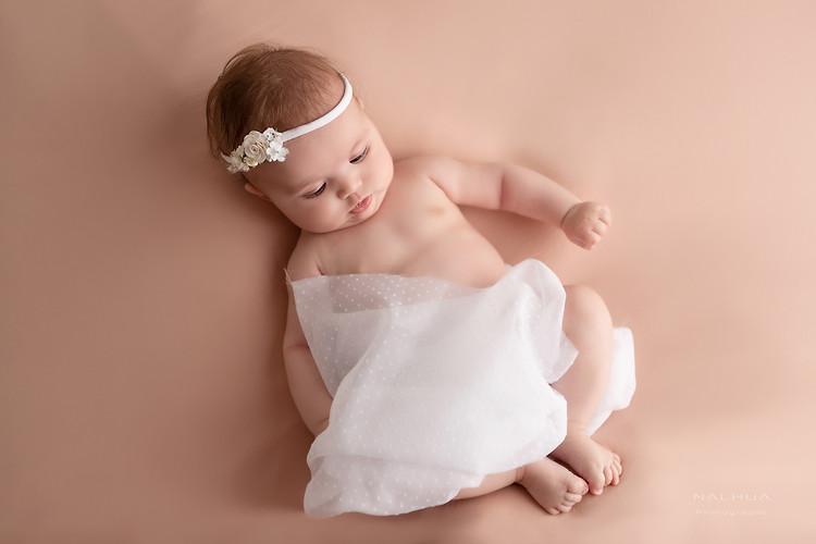 Photo de bébé en robe blanche