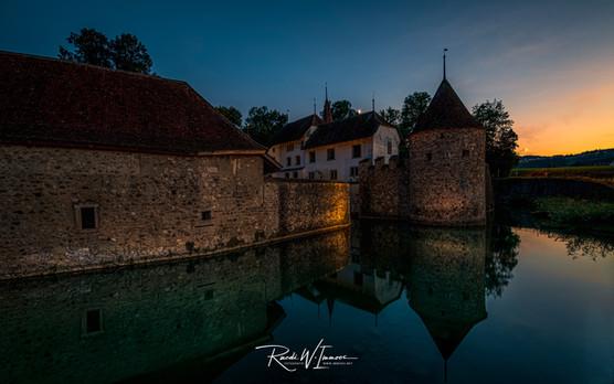 Schloss Hallwyl ABendlicht mit Beleuchtung und Mondsichel_DSC5617-Signet-web.jpg