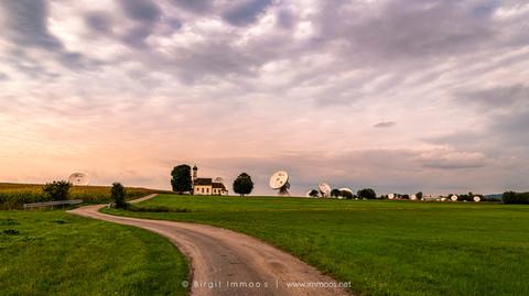 Raisting-Bayern-Kapelle-und-Antennenanla