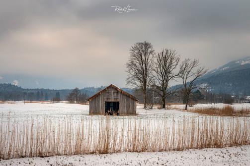 Winterlandschaft mit Hütte, Steinen