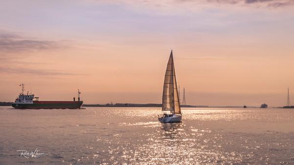 Stadersand-Elbe-Segelboot-und-Kähne-Mo