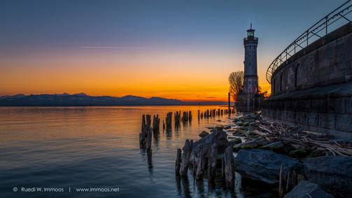Bodensee-Lindau-Leuchtturm-Abendrot-von-