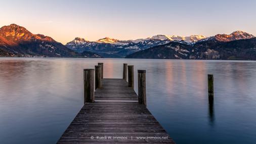 Weggis-Steg-Abendlicht-Bergkranz-See_DSC