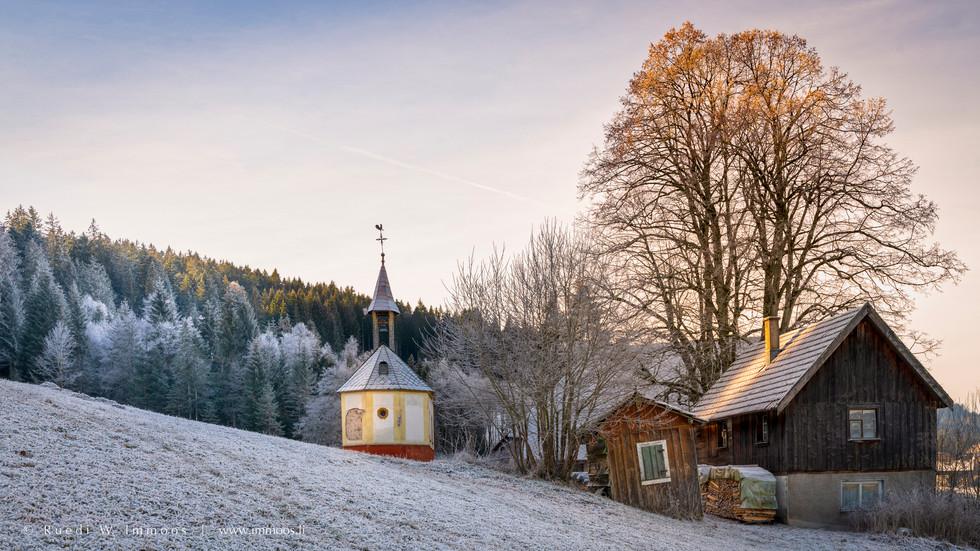 Schwarzwald-Jockeleshof-mit-Kapelle-Sonn