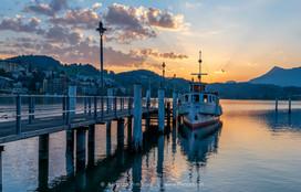 Luzern-Vor-Sonnenaufgang-Boot-am-Steg_DS