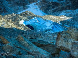 Gletschertor an unteren Arollagletscher beim Fuss des Mont Collon mit Eisglitzer in der Ei