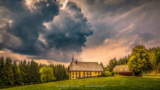 Schwarzwald-einsamer-Hof-Gewitterwolken_