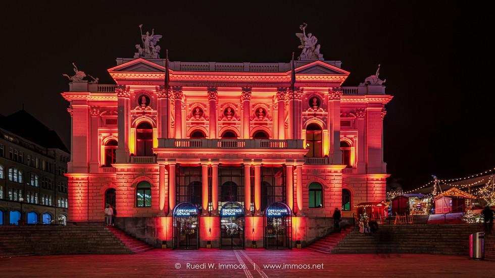 Zürich-Opernhaus-beleuchtet-frontal-Wei