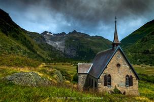 Gletsch-englische-Kapelle-in-dramatische