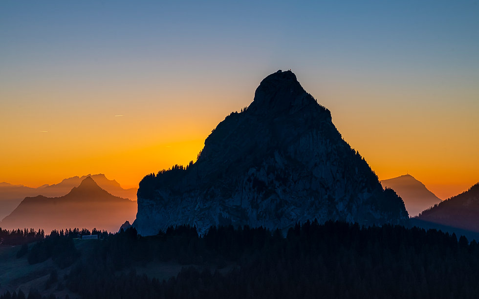 Grosser-Mythen-oberhalb-Zwäcken-Richtung-Furggelenstock-Abendrot-mit-links-Rigi-Hochfluh-u