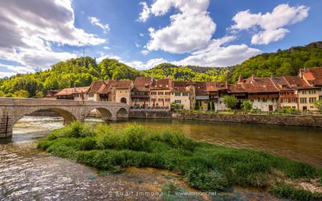 St.-Ursanne-Doubs-mit-Insel-Brücke-Stadt
