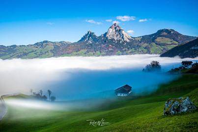 Nebelmeer am Mythenmassiv