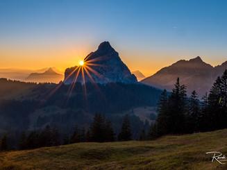 Sonnenuntergang Mythne hinten mit kleinerem Blendenstern rot weite Totale_Z625673-Signet-w
