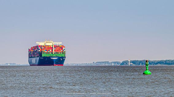 Containerschiff-Algeciras-im-Morgendunst