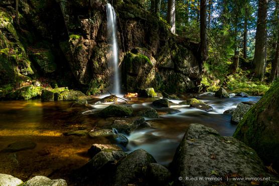 Menzenschwander-Wasserfallszene-Herbst-_