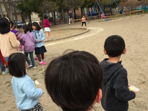 4月の子どもイースターは春爛漫のお天気の中、お話のあと公園で卵さがしを楽しみました♪