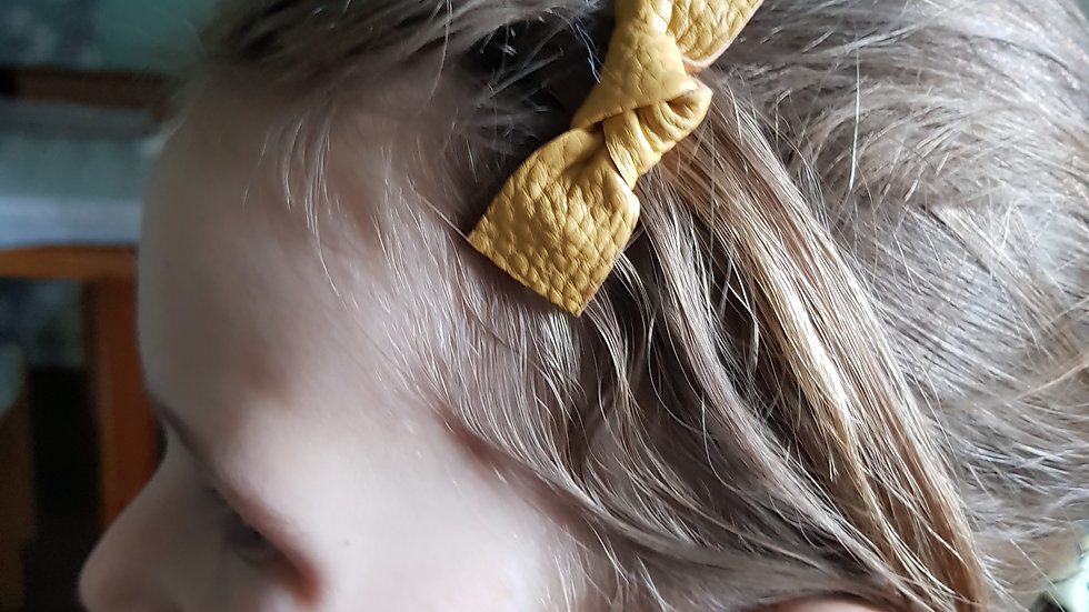 Twist knot leatherette fringe clip