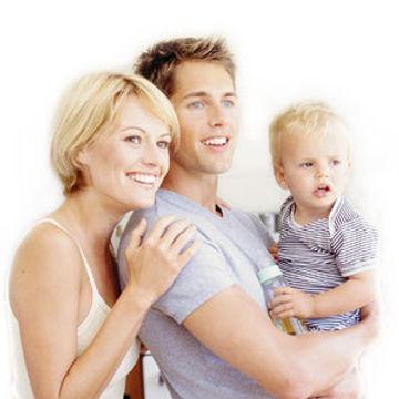 un enfant avec sa mère et son père