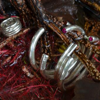 #ancientgreekjewellery #ancientgreekjewelry #greekjewellery #silverjewellery #silverjewelry #newjewellerybrand #greekjewelry #silver925 #silverbangles #persephonebezelbangles #agjpersephonebezelbangles #instajewelry #minimaljewelry #greekbrand #photooftheday #moodoftheday #jewelryphotography #agj #agjjewellery #persephonebezelbangle #nature #naturephotography #goldstone #jewelleryset #jewelry #ruby #naturalstones