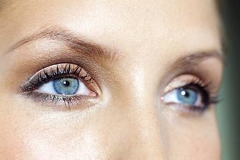 femme yeux bleux 2.png