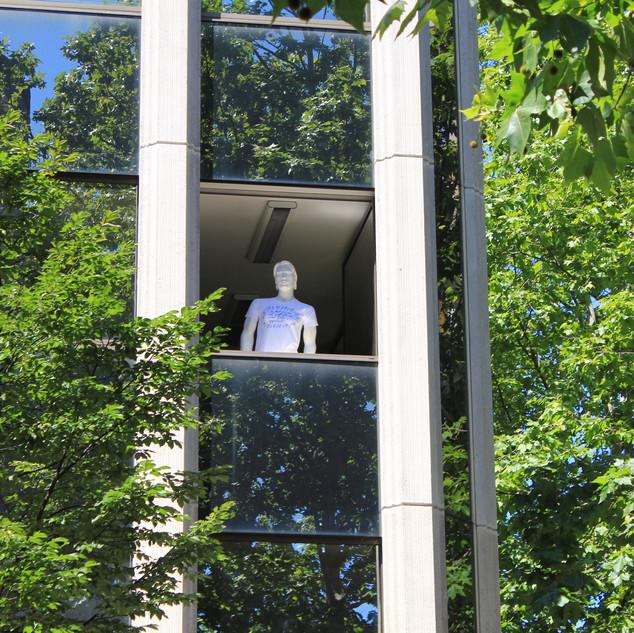 """T-shirt """"Opportunité"""", à la fenêtre du cabinet MLC Coaching"""