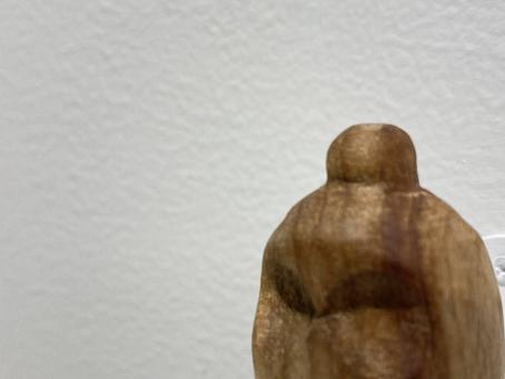 ⑤モリタモモコ 楠を彫って