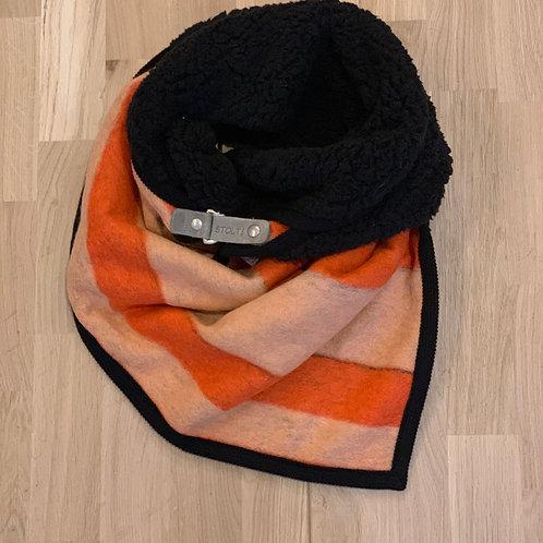1301 Sjaal zwarte teddy met oranje buitenzijde Stolt!