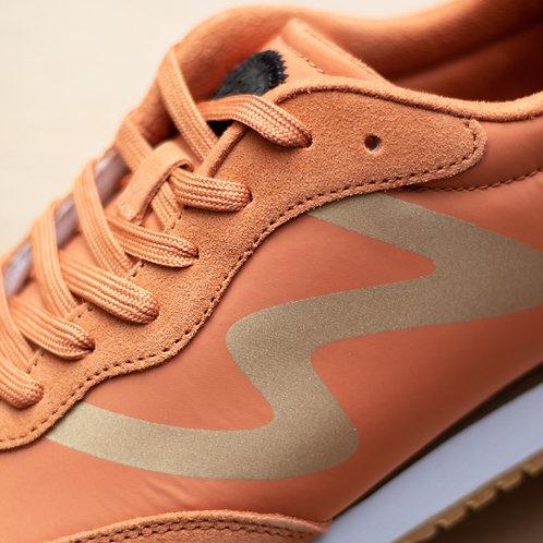 0413 Peach sneaker gouden detail Woden