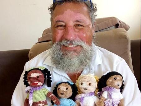 Diversità e autostima: Nonno João crea bambole con la vitiligine per aiutare i bambini