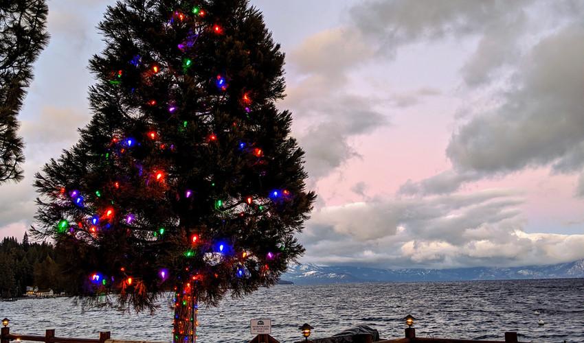 Lake_tahoe_lakefront_christmas_lights.jp