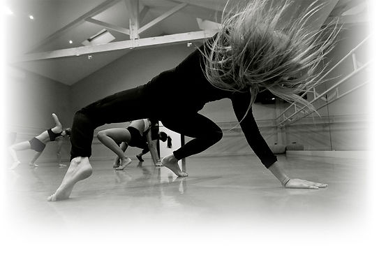 Un studio de danse avec des personnes en mouvement
