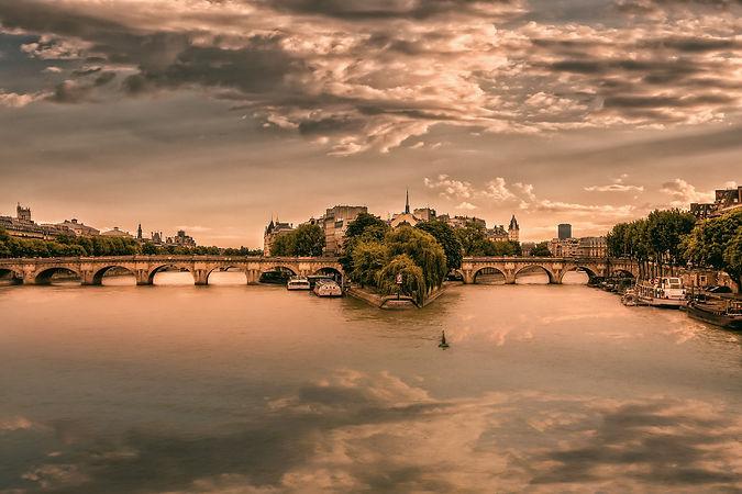 paris-3175649_1920_edited.jpg