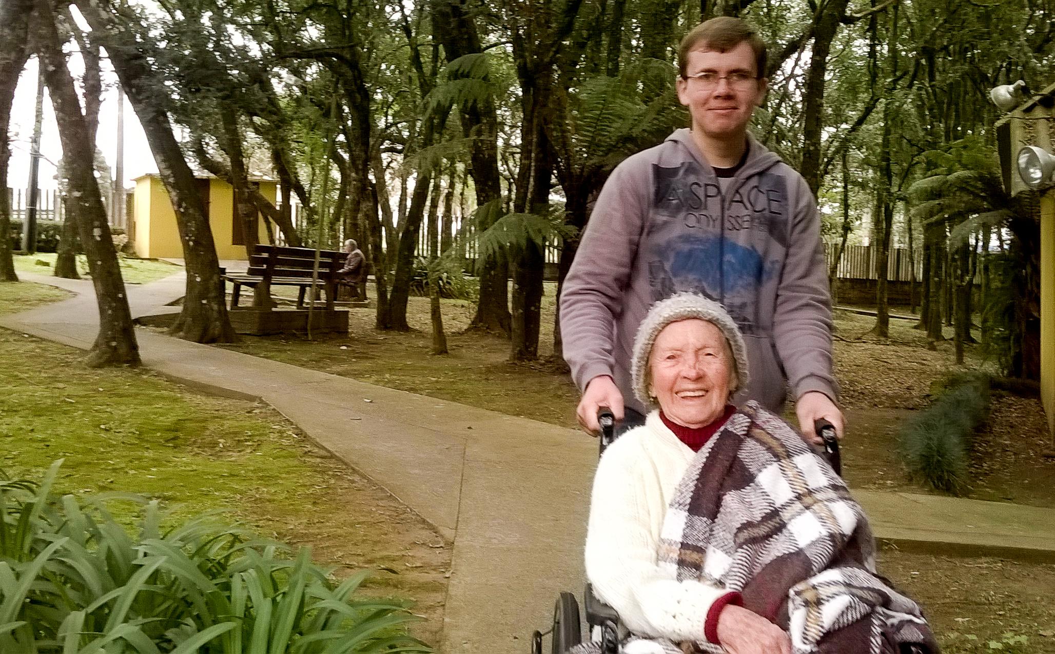 Aluno_realizando_inserção_voluntária_em_lar_de_idosos