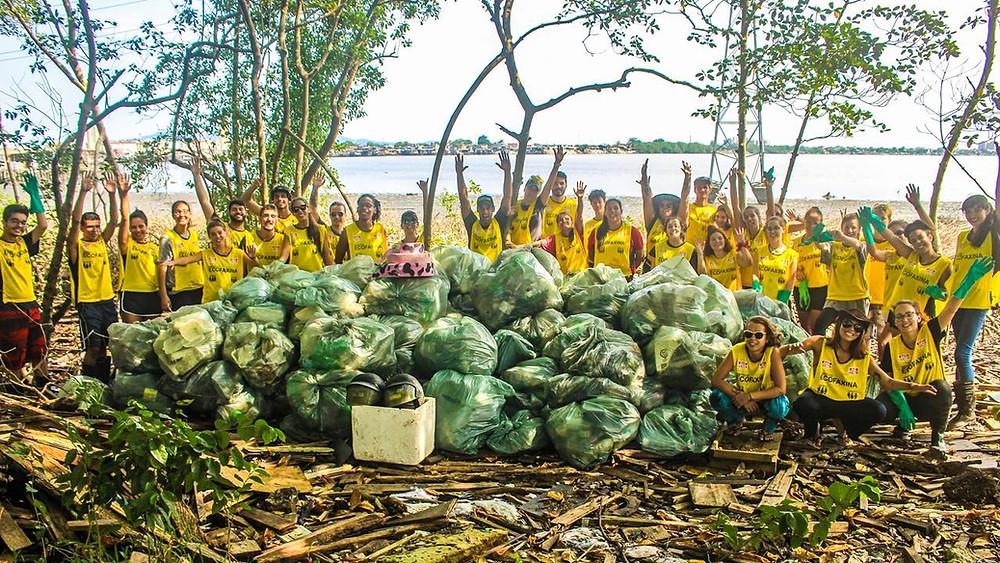 Voluntários posam para foto durante a 117ª Ação Voluntária EcoFaxina, realizada em 15/03/2020, no manguezal, em Santos.