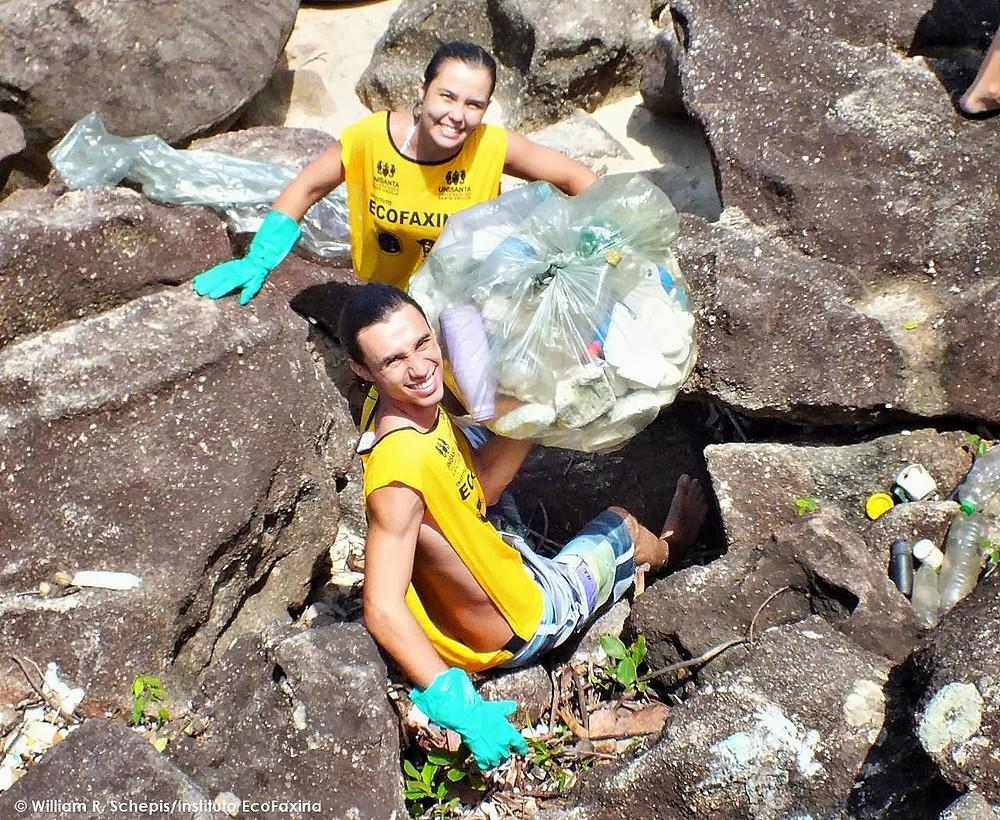 Calouros coletam plástico no costão rochoso da praia Saco do Major, em Guarujá, durante o Trote Ecológico EcoFaxina 2013.